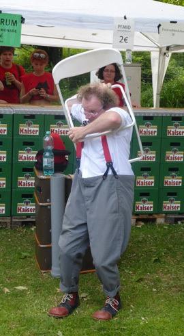 Clown Zappos Kampf mit dem Objekt beim Festival in Tübingen