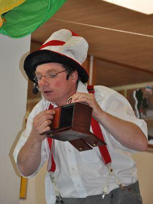 Clown Zappo hat für Kindergeburtstag, Hochzeit, Firmenfeier oder das Stadtfest das richtige Programm mit dem besonderen Pfiff.